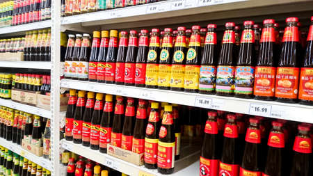 MELAKA, MALAYSIA - April 13, 2018 : Assorted brand and type sauce and ketchup on shelf rack display in the Tesco store. Archivio Fotografico - 100168849