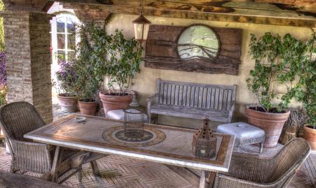 Eine offene, rustikale Wohnzimmer in ein Landhotel in der Toskana, Italien. Standard-Bild - 69322406