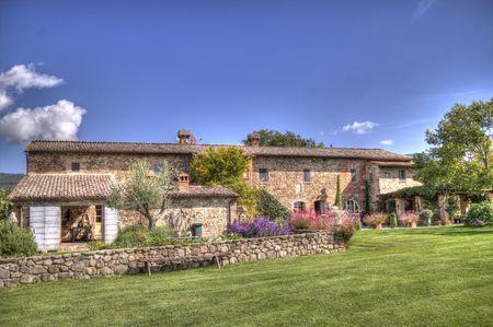 Eine typische toskanische Landhaus, mit roten Bicks und mit einem schönen Park um es in einem sonnigen, hellen Tag Standard-Bild - 69242306