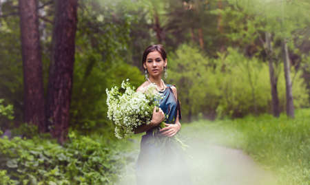gathers: the girl in the dress gathers flowers Archivio Fotografico