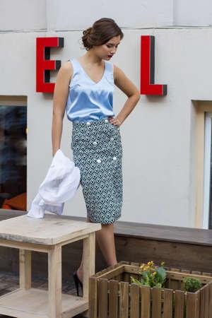 jeune fille: fashion girl élégant dans un chemisier dans la rue