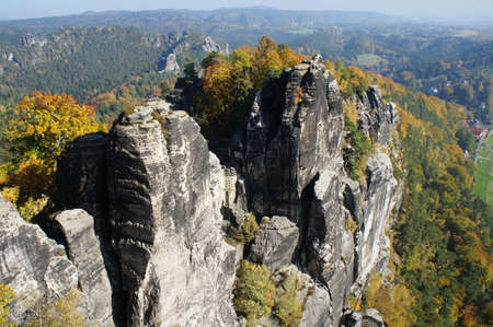 attraktion: Rugged sandstone rocks and colorful deciduous forests Stock Photo