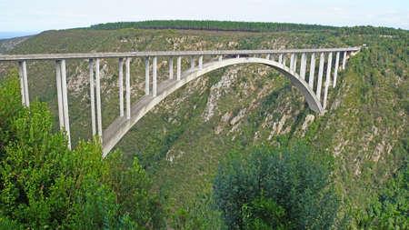 bungee jumping: El puente Bloukrans es el puente m�s alto de �frica, puente de carretera con una plataforma de puenting, de Bloukrans r�o fluye a trav�s de la garganta profunda en el Oc�ano �ndico, el paisaje a lo largo de la ruta del jard�n en Sud�frica,