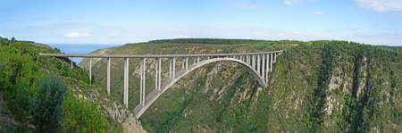 bungee jumping: El puente Bloukrans es el puente m�s alto de �frica, puente de carretera con una plataforma de puenting, de Bloukrans r�o fluye a trav�s de la garganta profunda en el Oc�ano �ndico, el paisaje a lo largo de la ruta del jard�n en Sud�frica, Panorama,
