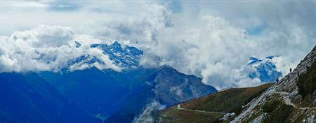 눈 덮인 산과 바위 Stavai 알프스의 구름, 좁은 산길에 두 등산객, 파노라마,