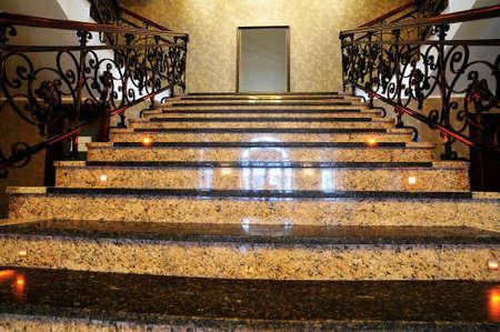 Marmeren trap. Marmeren trap in de lobby van het hotel met spiegelframe aan de bovenkant.