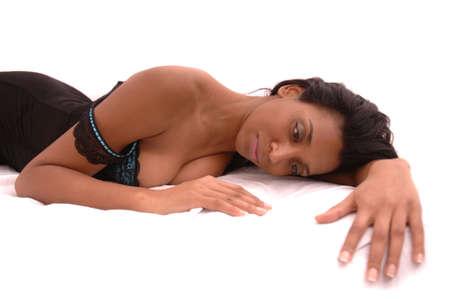 mujeres eroticas: Negro moda modelo de la foto en blanco  Foto de archivo