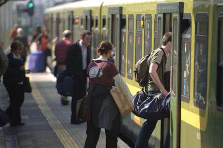 estacion tren: Viajeros embarcar en tren  metro Dubl�n Sur