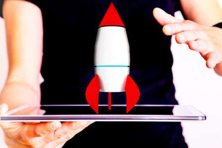 Femme tenant tablette pc avec fusée Banque d'images - 79420382