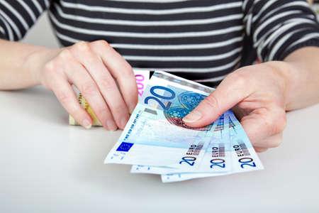 Vrouw het tellen van geld