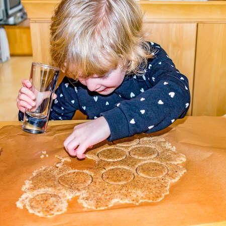 Child at the cookie baking Reklamní fotografie
