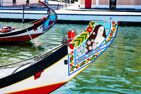 Painted boats on the canal of Aveiro Standard-Bild - 103485310