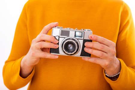 Mujer tiene cámara de nostalgia en sus manos Foto de archivo