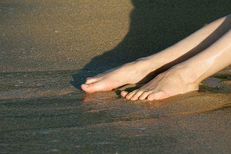 Weibliche Beine im Wasser am Strand Standard-Bild - 2317885
