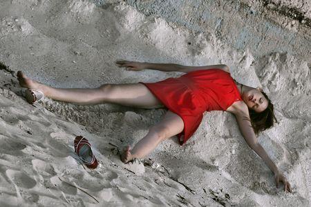 uccidere: bella donna di gioco morti, situata sotto la sabbia