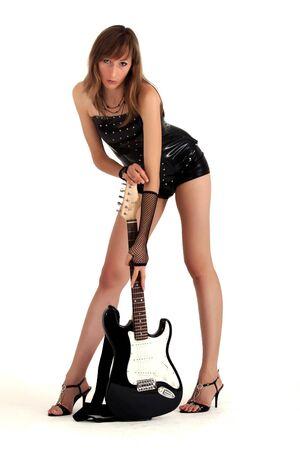 guitarra sexy: mujer en charol posando con la guitarra