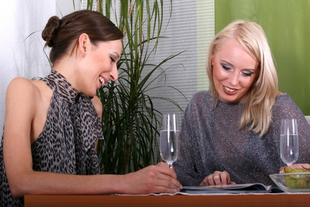 magazin: dos mujeres que buscan en revista