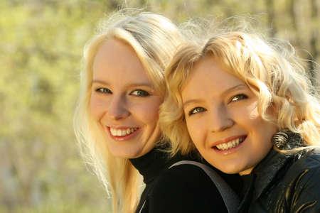 dos amigas riendo en el parque Foto de archivo - 4833530