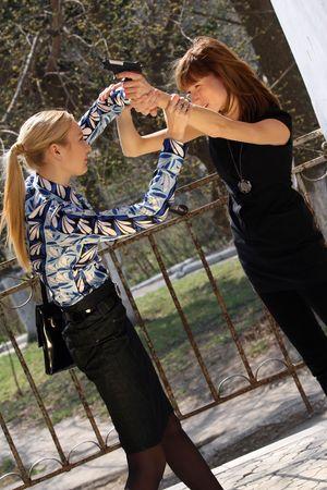mujeres peleando por arma de fuego en la calle Foto de archivo - 4853924
