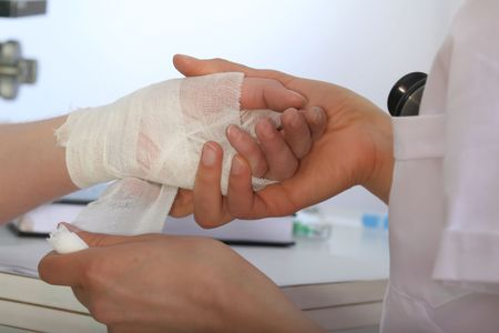 herida: la aplicaci�n de un vendaje para heridas en la mano