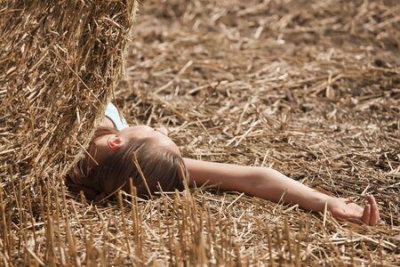 vermoord: jonge vrouw lag dood in het veld