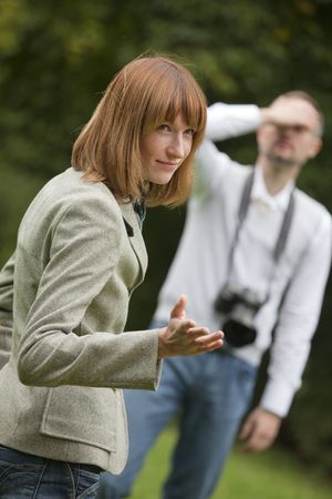 fotógrafo infeliz y modelo femenino de tiro al aire libre Foto de archivo - 5530555