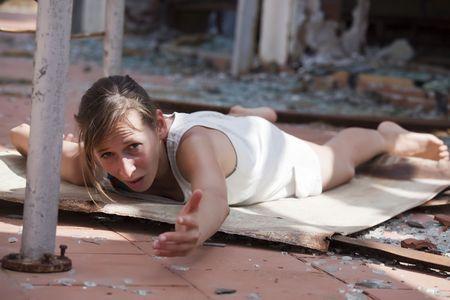 donna che grida: donna che piange per un aiuto dopo l'esplosione in strada Archivio Fotografico