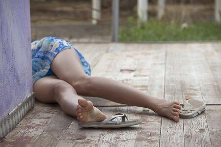 vermoord: model spelen van een vrouwelijk slachtoffer bewusteloos op straat