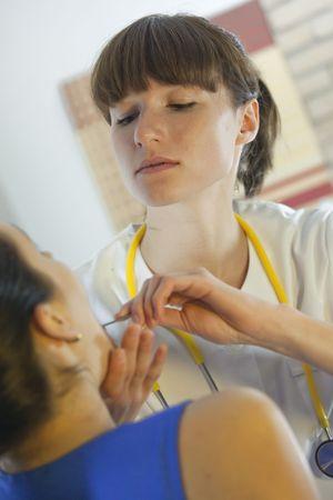 physical exam: la donna con un esame di routine fisiche da parte di medico di sesso femminile