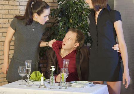 jalousie: sc�ne de jalousie entre deux femmes au restaurant