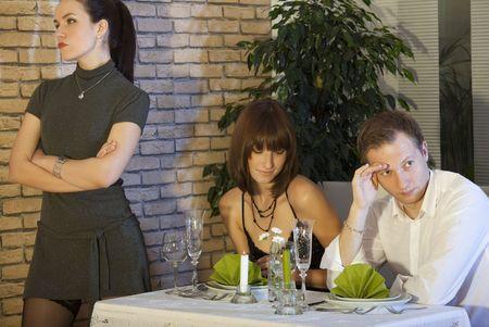 celos: escena de celos entre la pareja en un restaurante de