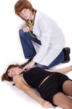 vermoord: mannelijke arts pols door onbewuste vrouw een ter plaatse controleren