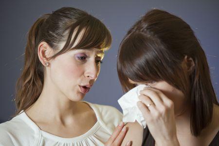 mujer llorando: una mujer llorando con pa�uelo - otro reconfortante le  Foto de archivo