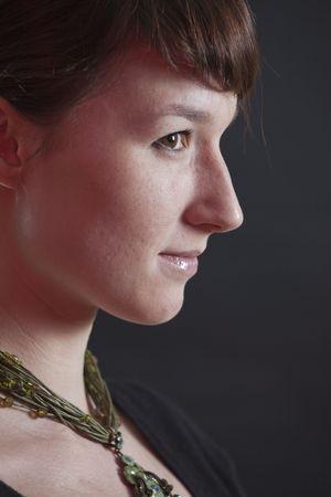 perfil de mujer rostro: mujeres enfrentan - perfil dispar� sobre fondo negro