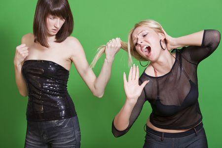 conflictos sociales: mujer extrae a otra chica por el pelo