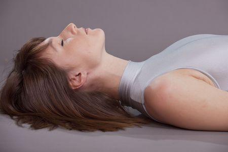 leotard: Frau auf dem Boden tut Atmung und Yoga-�bungen