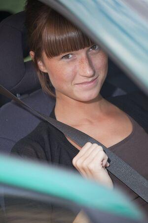 cinturon seguridad: mujer en coche sosteniendo el cintur�n de seguridad