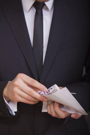 contando dinero: empresario sosteniendo y contando dinero en sus manos  Foto de archivo