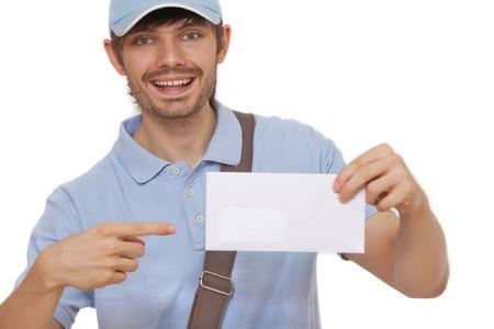 cartero: cartero feliz mostrando correo sobre fondo blanco  Foto de archivo