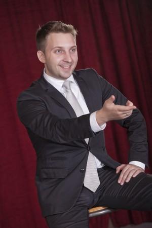 showman: showman en el escenario hablando con audiencias