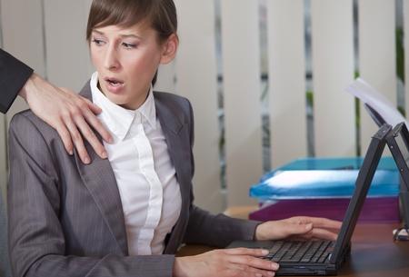 acoso laboral: acoso sexual - mujer sorprendido mirando la mano sobre su hombro