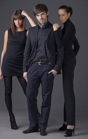 modelo en pasarela: personas de moda - hombre y dos mujeres con vestidos elegantes