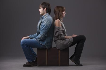 sad old woman: conflicto en relaci�n - hombre y mujer sentada en la maleta de nuevo en la parte posterior