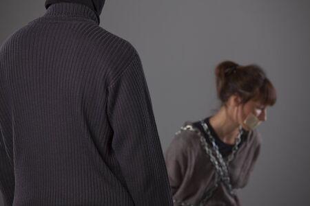 hijacker: mujer secuestrada y castigador - centrarse en su�ter masculino
