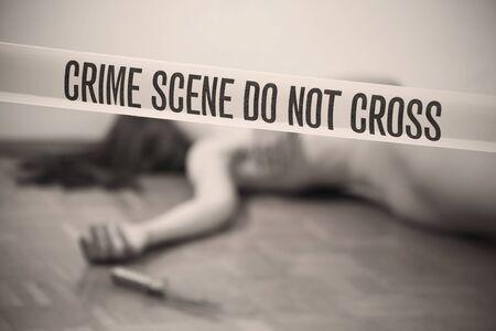 vermoord: plaats delict - naakt vrouw liggend dood op de grond, focus op grens tape