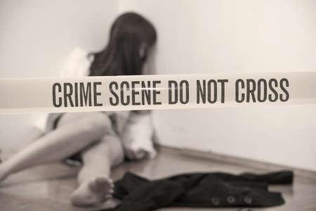 vermoord: plaats delict - mishandelde jonge vrouw dood op de grond Stockfoto