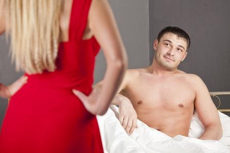 13136973-mujer-de-vestido-rojo-pasi%C3%B3n-conseguir-con-su-marido.jpg?ver=6
