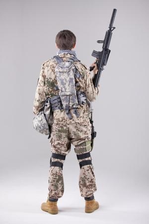 modern fighter: Soldato con mitragliatrice - girato da dietro su bianco