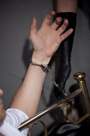 herrin: Mann im Bett durch sexuelle Spiele mit Handschellen