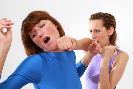 mujeres peleando: lucha contra la mujer - cara del punz�n sobre fondo blanco Foto de archivo